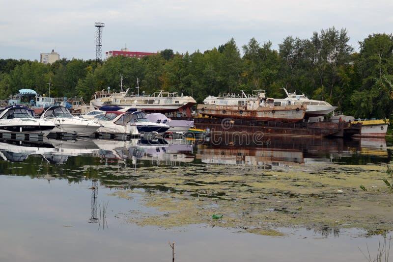2015年8月16日,翼果,俄罗斯:小船、游艇和汽船的夏天停车处在河在城市 库存照片