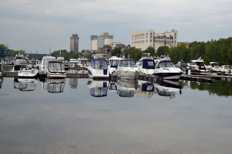 2015年8月16日,翼果,俄罗斯:小船、游艇和汽船的夏天停车处在河在城市 库存图片