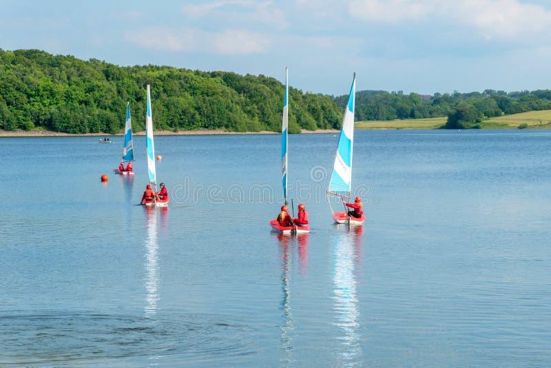 2015年6月19日, Bewl水,英国,航行在水库湖的孩子 库存图片