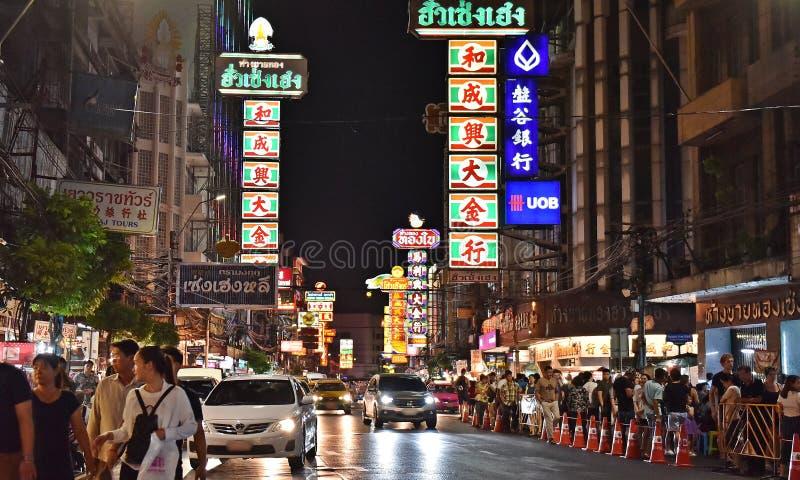2017年4月15日:Yaowarat出售商的夜市场在唐人街路,大街在唐人街,一次曼谷地标和im 免版税库存图片