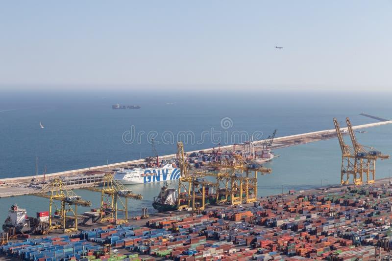 2017年3月10日 巴塞罗那工业海港看法从星期一的 免版税图库摄影