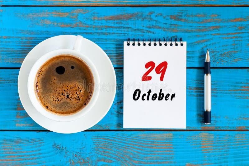10月29日 天29 10月月,在作业簿的日历与在学生工作场所背景的咖啡杯 秋天时间 免版税库存照片
