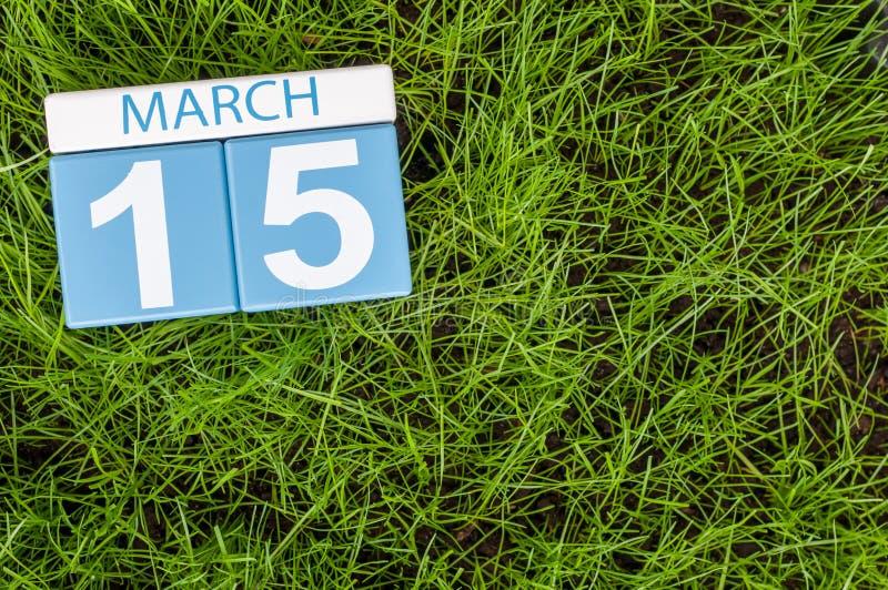 3月15日 天5月,在橄榄球绿草背景的日历 春天,文本的空的空间 世界 库存照片