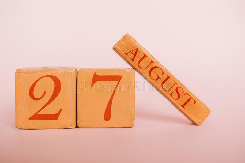 8月27日 天27月,在现代颜色背景的手工制造木日历 夏天月,年概念的天 免版税图库摄影