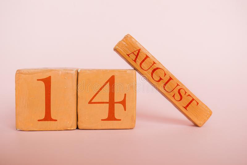 8月14日 天14月,在现代颜色背景的手工制造木日历 夏天月,年概念的天 库存图片