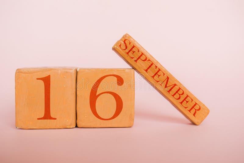 9月16日 天16月,在现代颜色背景的手工制造木日历 秋天月,年概念的天 免版税库存照片