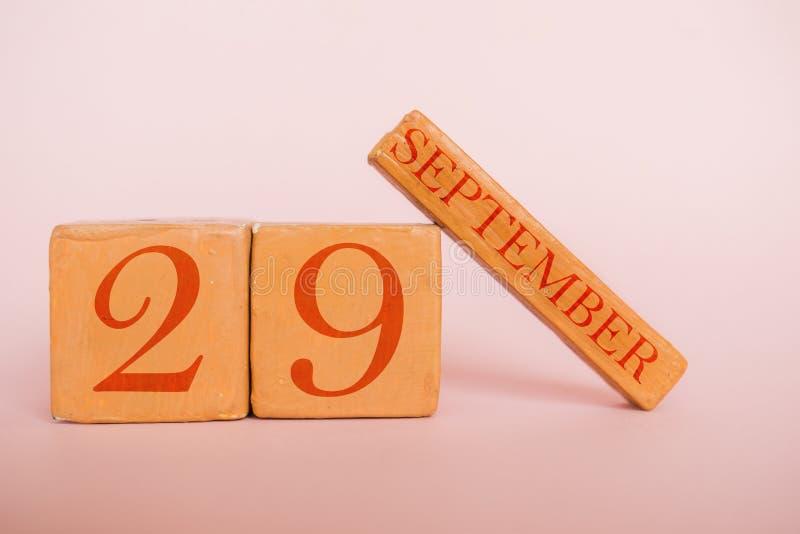 9月29日 天29月,在现代颜色背景的手工制造木日历 秋天月,年概念的天 免版税库存照片