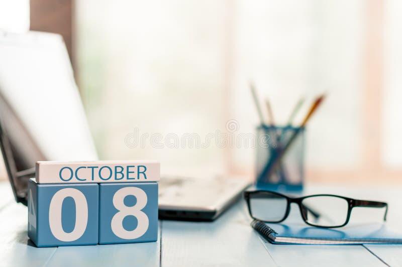 10月8日 天8月,在财政顾问工作场所背景的日历 秋天时间 文本的空的空间 免版税库存照片