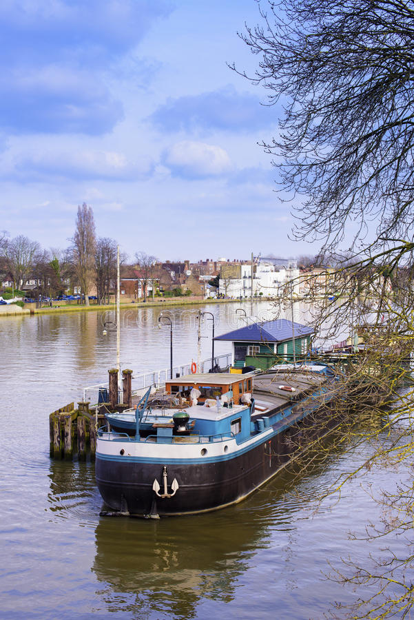 2017年3月11日-小船的社论射击moared在Kew码头伦敦,英国 库存照片