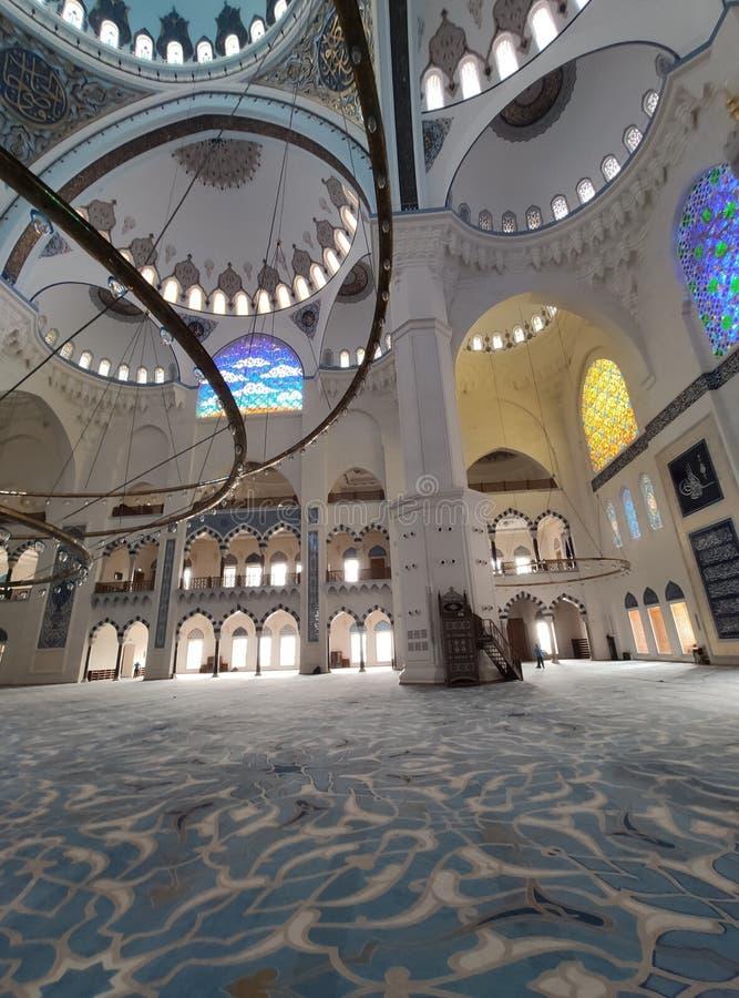 8月04日19日CAMLICA清真寺庭院视图在伊斯坦布尔,土耳其 r 库存照片
