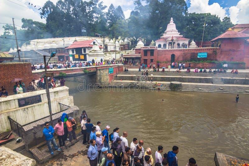 2014年8月18日-火葬用的柴堆在Bagmati河在加德满都 免版税图库摄影