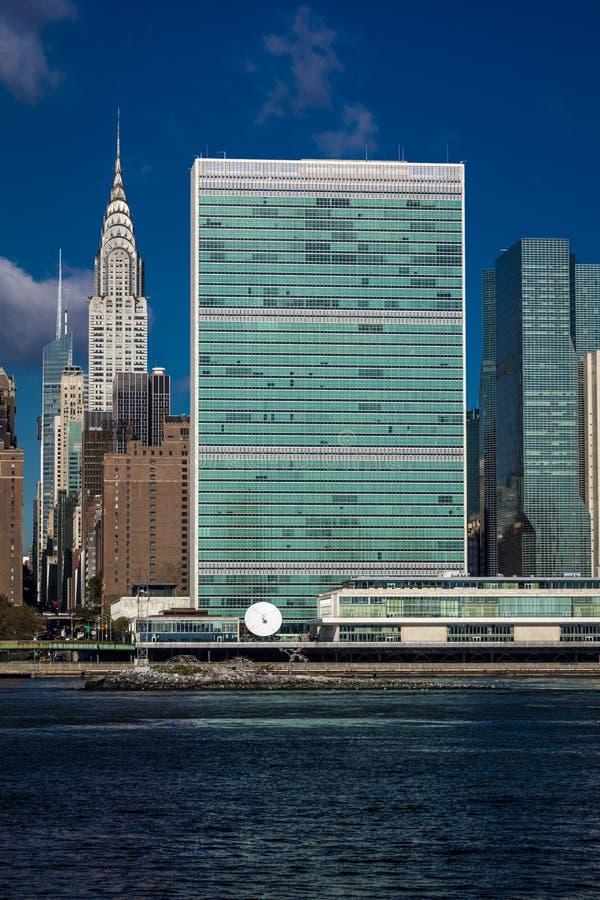 2016年10月24日-纽约-从East河看的曼哈顿中城地平线显示克莱斯勒大厦和团结的N 库存图片