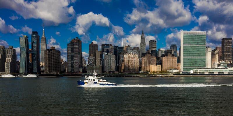 2016年10月24日-纽约-从East河看的曼哈顿中城地平线显示克莱斯勒大厦和团结的N 库存照片