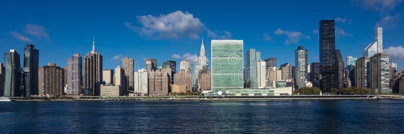 2016年10月24日-纽约-从East河看的曼哈顿中城地平线显示克莱斯勒大厦和团结的N 免版税库存图片