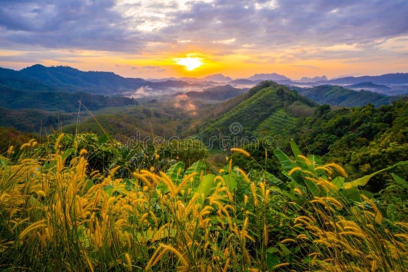 1月1日2018-Phang nga:在Phu Ta大桶观点Phang Nga省的日出 库存图片