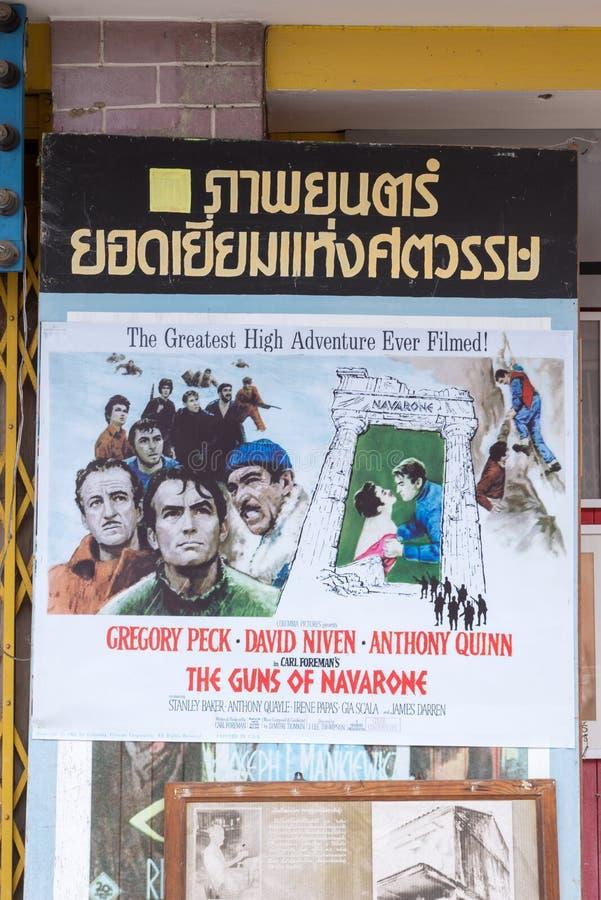 2017年5月4日 Rayong 泰国 关于`的一部老绘画电影海报Navarone `枪在老戏院入口附近的 库存照片