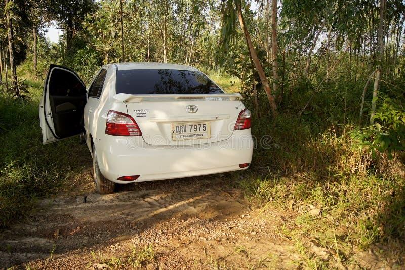 8月17日2016 SAKONNAKHON,泰国; 个人汽车在一个森林里在遥远的乡区停放了 在国家东部的北部, Th 免版税库存照片