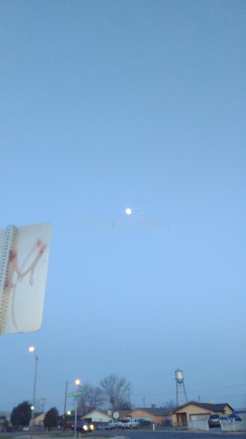 月/月球月亮黄昏蓝天 免版税库存照片