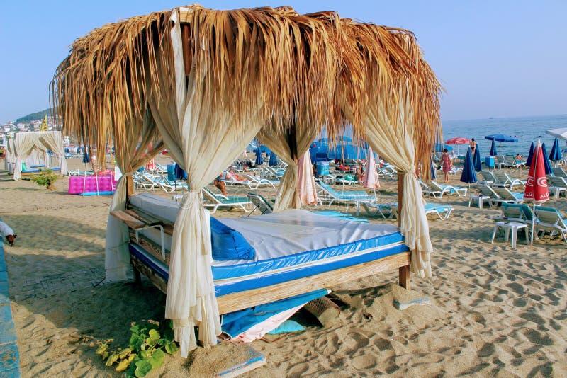 2017年7月-棕榈叶机盖在一个海滩咖啡馆的桌的上在阿拉尼亚,土耳其 免版税图库摄影