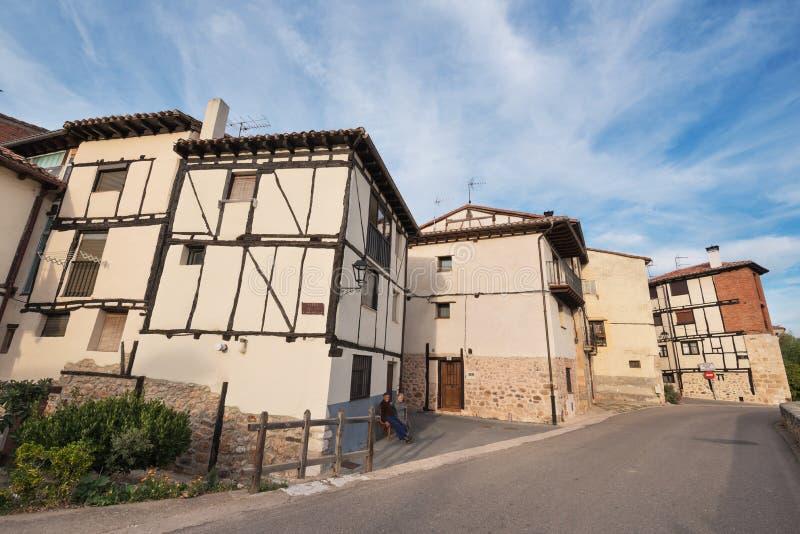 10月11,2016的典型的房子在Covarrubias,布尔戈斯,西班牙古老中世纪村庄  免版税库存图片
