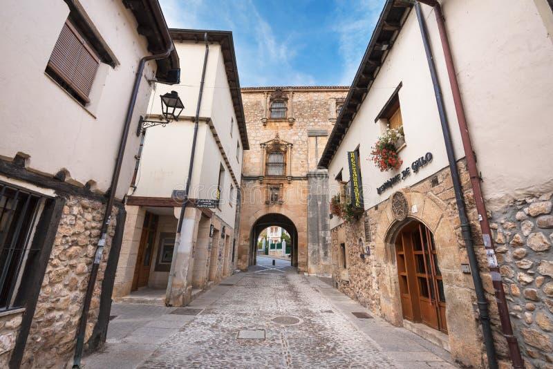 10月11,2016的老中世纪街道在Covarrubias,布尔戈斯,西班牙古老中世纪村庄  库存照片