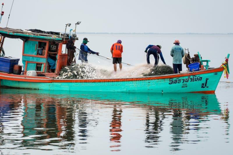 11月5,2016 :在渔夫小船上,抓许多鱼在Bangpakong河嘴Chachengsao省的在泰国东部 免版税库存照片