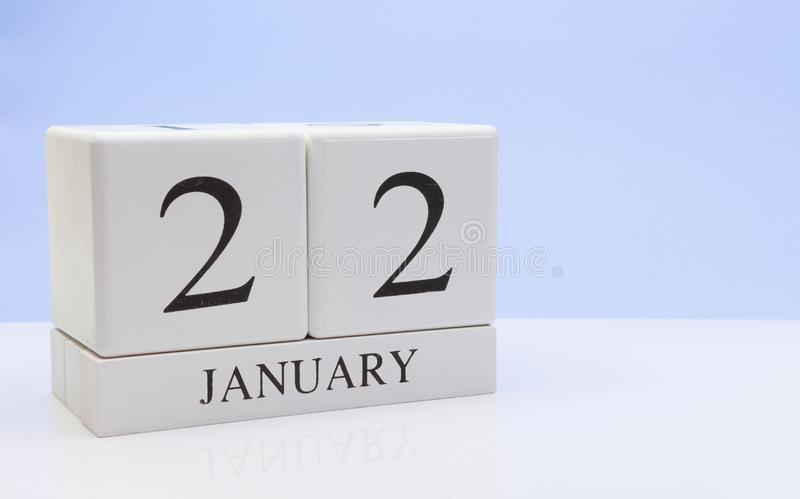 1月22st日天22月,在白色桌上的日历与反射,有浅兰的背景 冬时,空的空间 免版税图库摄影