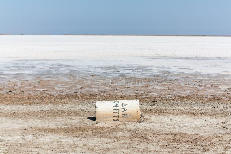 有一个下落的容器的干燥盐湖 免版税库存图片