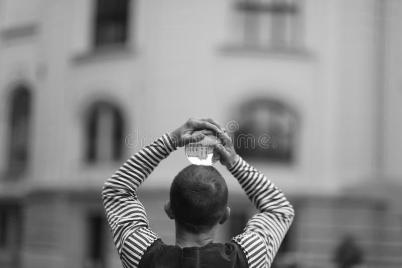 有一个不可思议的透明球的小丑在他的头 图库摄影