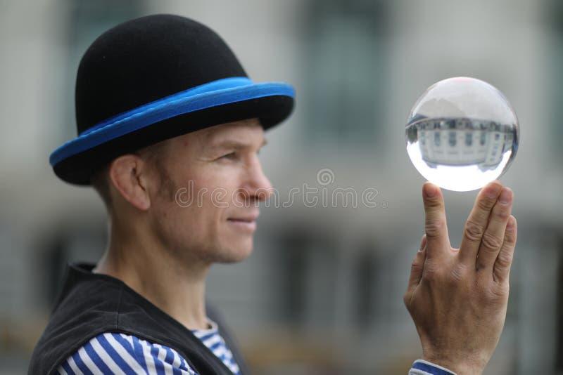 有一个不可思议的透明球的小丑 图库摄影