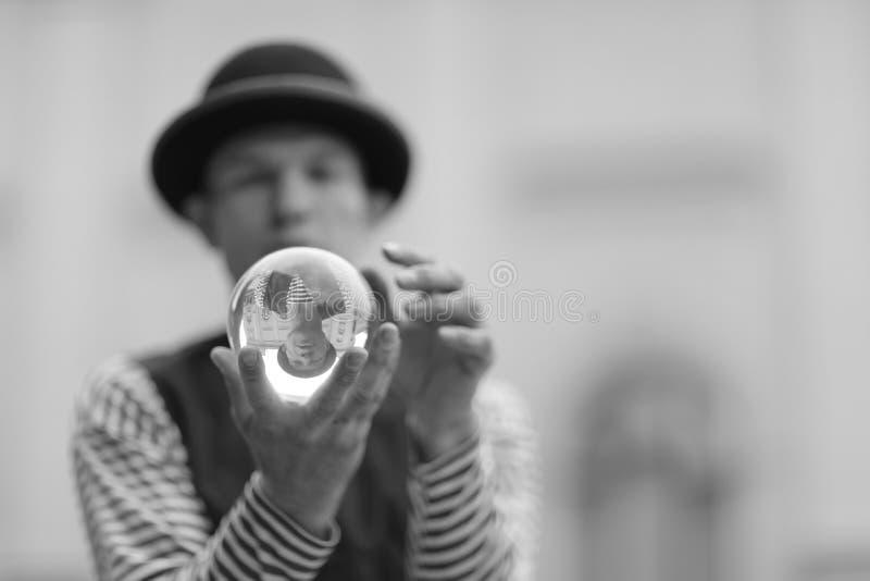 有一个不可思议的透明球的小丑 免版税图库摄影