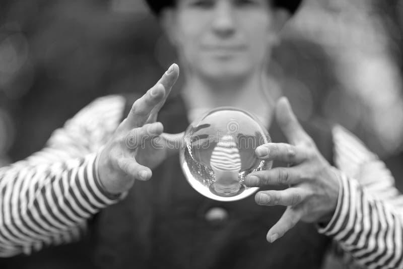 有一个不可思议的透明球的小丑 库存图片