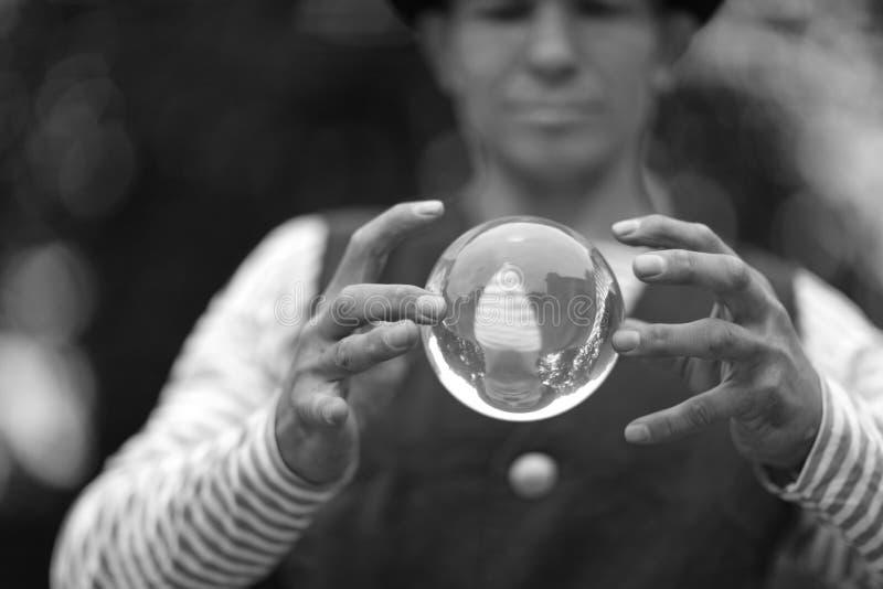 有一个不可思议的透明球的小丑 免版税库存照片