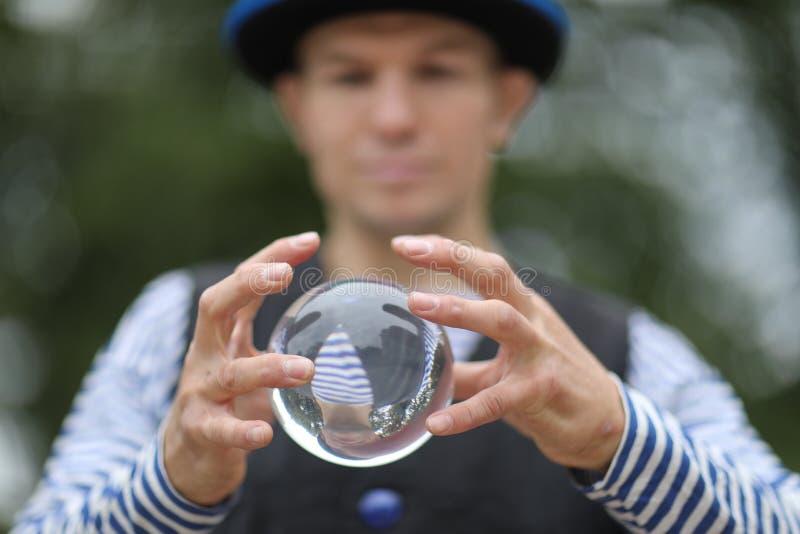 有一个不可思议的透明球的小丑 免版税库存图片