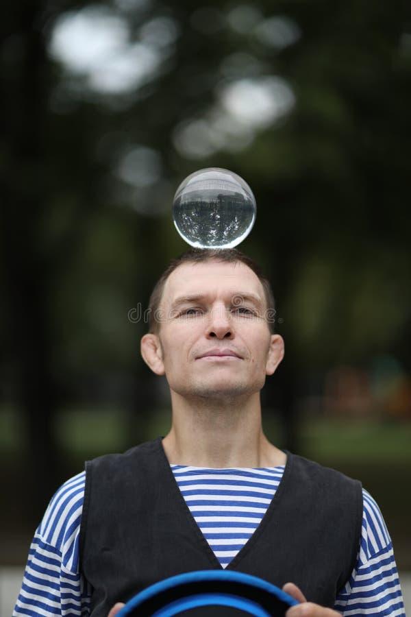有一个不可思议的透明球的小丑 库存照片