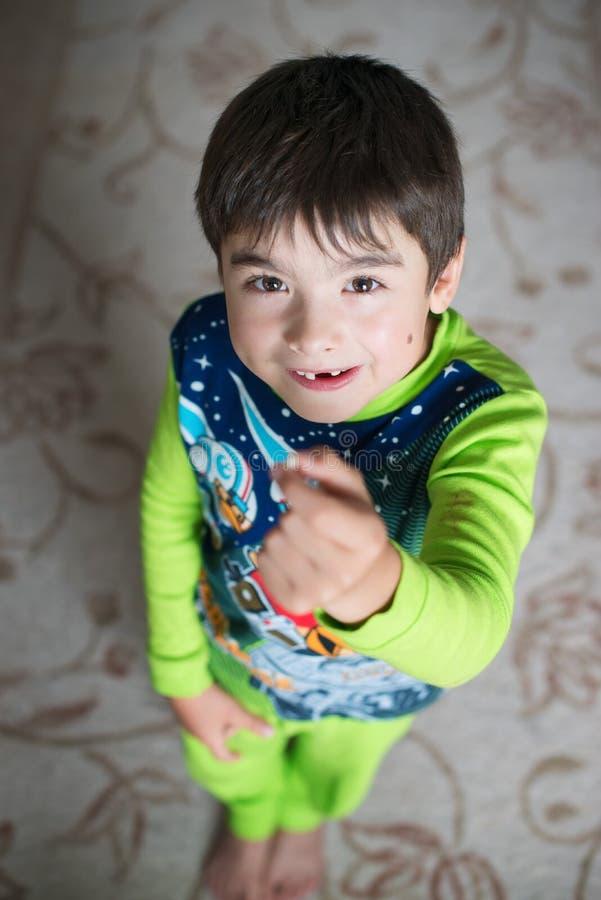 有一个乳齿的一个男孩在充分的高度从上面 免版税图库摄影
