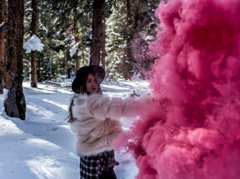 有一个五颜六色的发烟手榴弹的可爱的妇女 库存照片