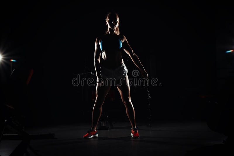 有一个体育机构的健身年轻满身是汗的女孩在性健身房 库存图片