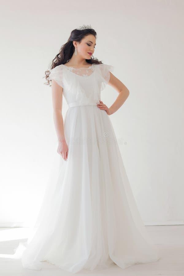 有一个冠的公主在白色礼服新娘 库存照片