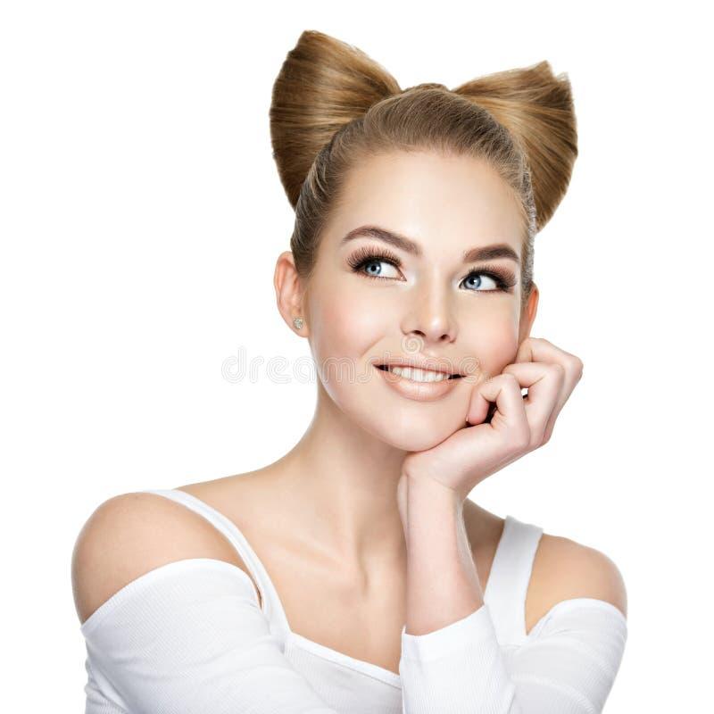 有一个创造性hairstyl认为的年轻女人 免版税库存图片