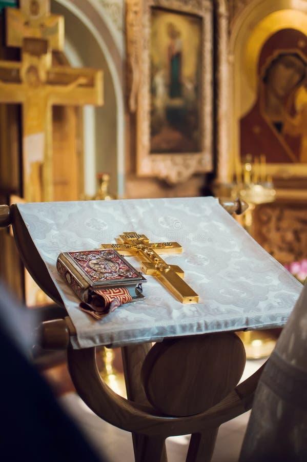 有一个十字架的讲演台在教会里 库存照片