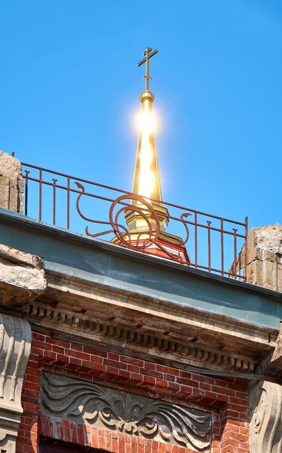 有一个十字架的Golden Dome在顶面明亮发光在阳光下 库存照片