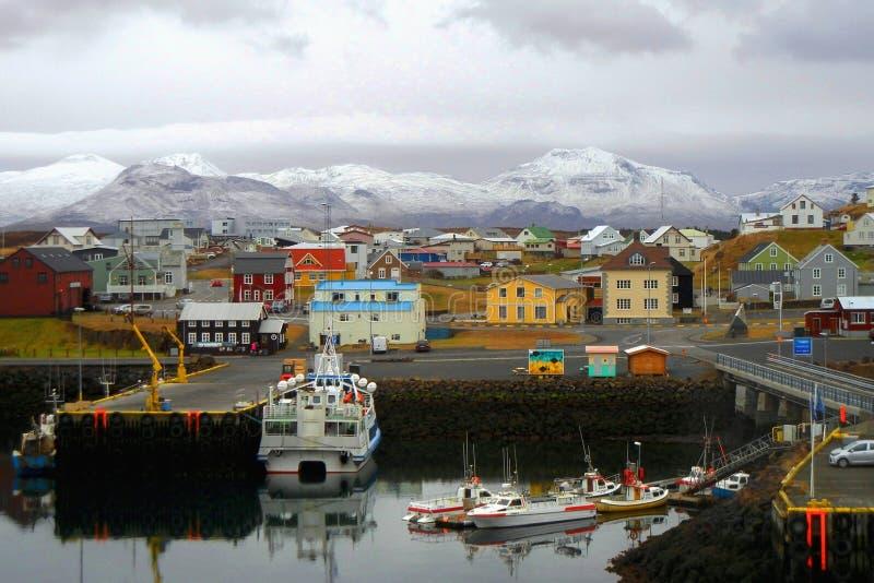 有一个口岸的五颜六色的镇在冰岛 免版税库存照片