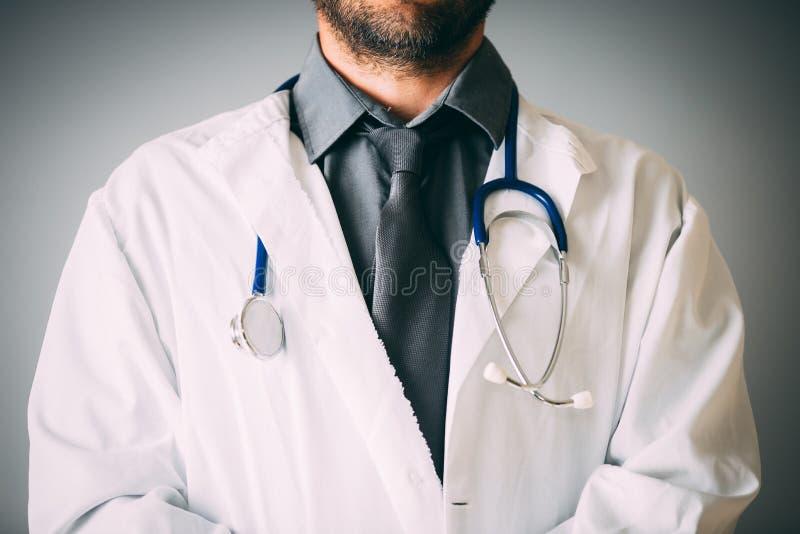 有一个听诊器的一位未认出的医生在脖子上 免版税库存图片