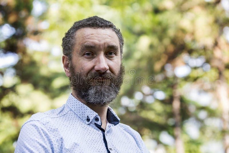 有一个哭号的胡子的逗人喜爱的微笑的人 免版税库存图片