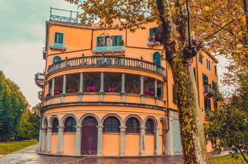 有一个圆大阳台、专栏和一个古老入口的老黄色房子在威尼斯,意大利 库存照片