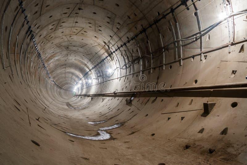 有一个圆部分和路轨的直接地铁隧道去stra 库存照片