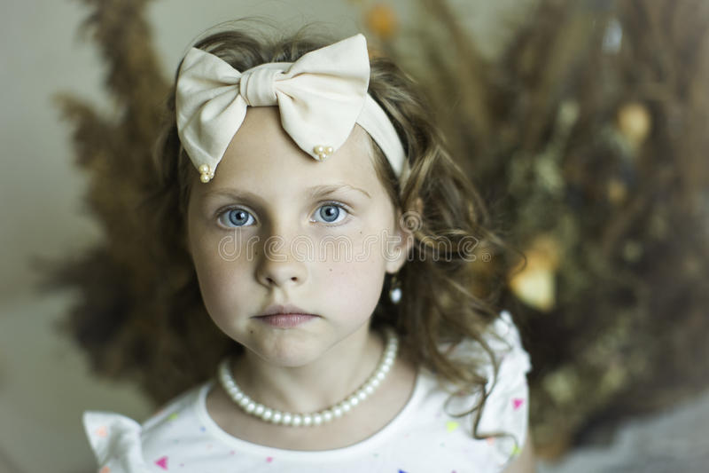 有一个外缘的小女孩以弓的形式 库存图片