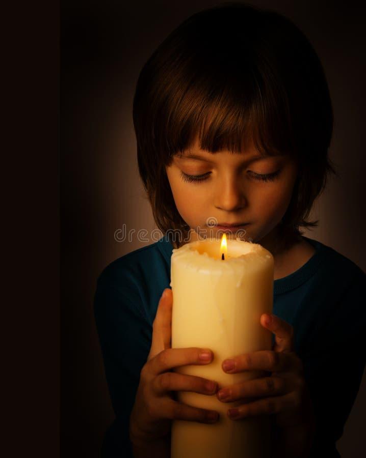 有一个大蜡烛的女孩 免版税图库摄影