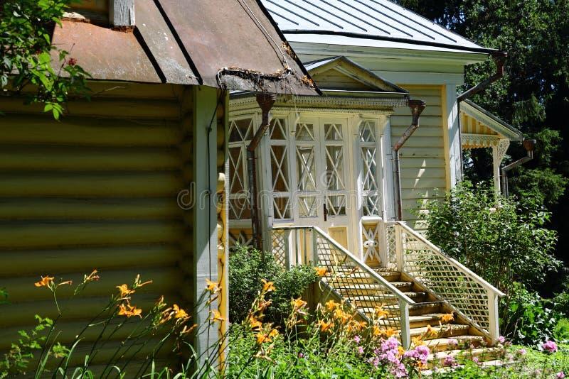 有一个大阳台的美丽的木房子在夏天 免版税图库摄影
